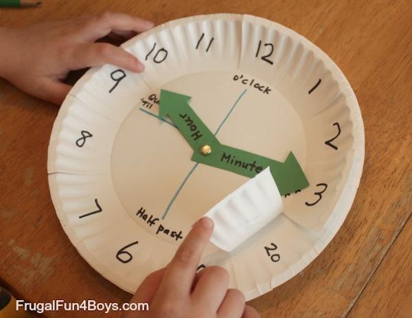 Reloj hecho con platos desechables