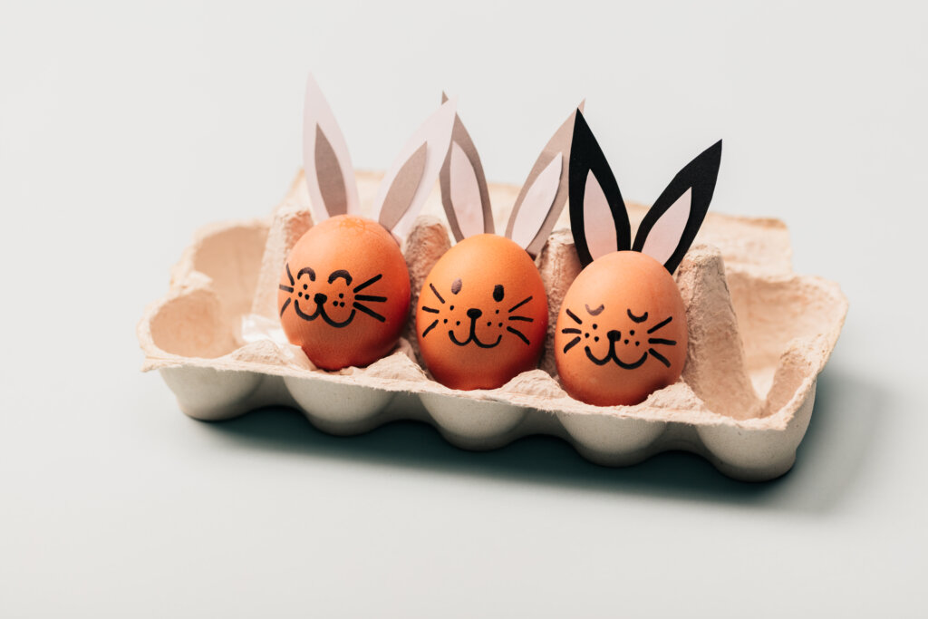 Manualidad huevos duros decorados
