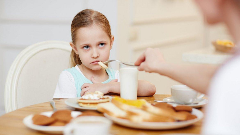 Qué hacer cuando un niño o una niña no quiere comer